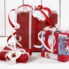Julklappsinslagning i rött och vitt
