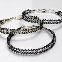 Armband av kedja, lädersnören och knytsnören