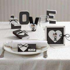 Kort och bordsdekorationer med hjärta och brudpar
