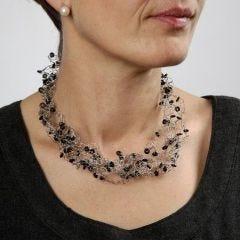 Virkat halsband av smyckewire med silikonringar.