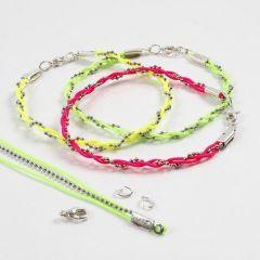 Armband av kulkedja och neonfärgat knytsnöre