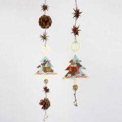 Hängen med julgranar i filt, naturdekorationer och bjällror