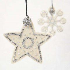 Stjärna och snöflinga i filt med bladmetall och charms
