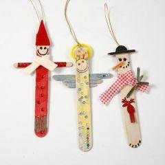 Julfigurer av målade och dekorerade glasspinnar.
