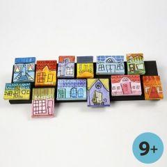 Hus av målarduk som collage på trälist