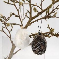Dekorerade ägg med pärlhönsfjädrar