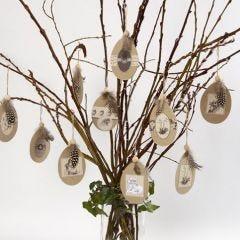Platta pappägg med pålimmade motiv och pärlhönsfjädrar