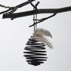 Ägg av svart spiral i platt alutråd
