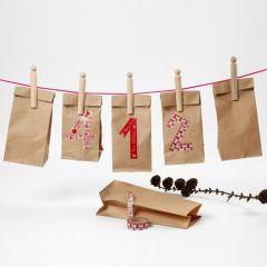 Kalender av papperspåsar med nummer av washitejp