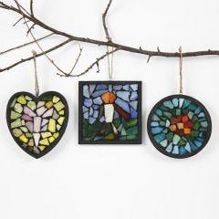 Svartmålad träram med glasmosaik i svart filler