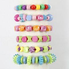 Armband av plastpärlor på färgat elastiskt snöre