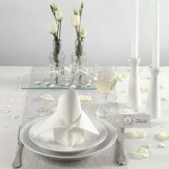 Bordsdukning och bordsdekorationer i vitt