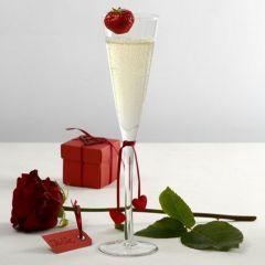 Bordsdukning och bordsdekorationer i rött och vitt