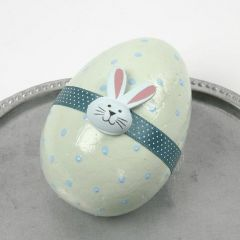 Pastellmålade ägg med magbälte och trästickers