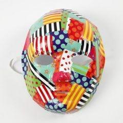 Decoupage av mönstrat glanspapper på mask