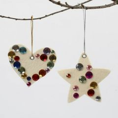 Juldekoration av vit filt med färgade rhinstenar