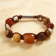 Knutet armband med lyxiga pärlor och magnetlås