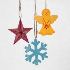 Juldekorationer av trä, målade och strödda med glitter