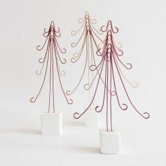 Julgran av färgad alutråd på fot av cernit