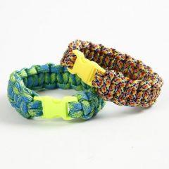Knutet armband av knytsnöre och klicklås