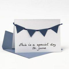 Kort med kuvert, dekorerad med blå vimplar av strukturpapper