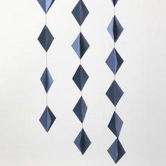 Dekoration av ihopsydda 3D-romber av kartong
