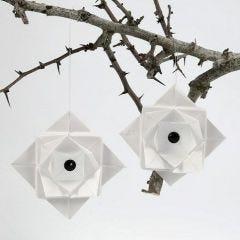 Vikt dekoration av vellumpapper med rhinestones i mitten
