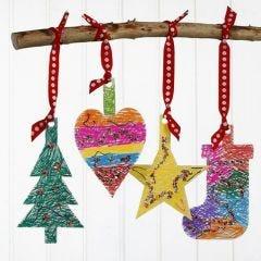 Juldekorationer av kartong, dekorerad med tusch och paljetter