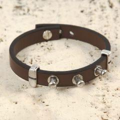 Armband av läderband med gevärsknappar