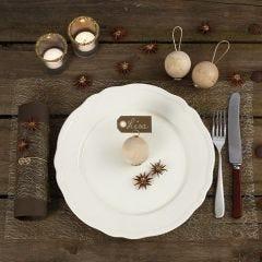 Juldukning med dekorationer av naturmaterial