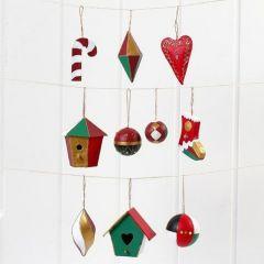 Juldekorationer av papp, målade och dekorerade