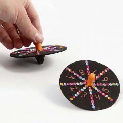 Målad leksakssnurra dekorerad med tuschpenna och rhinestones