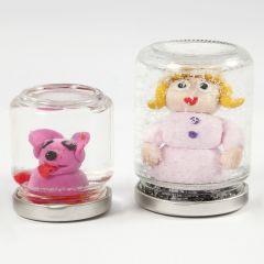 Snöglob av glas med figur av Fimolera och vatten med glitter.