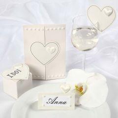 Satinhjärtan på inbjudning och bordskort till bröllop