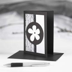 Svart kort med dekorationer i svart och vitt