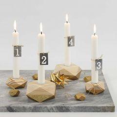 Adventsljusstake av fyra ljusstakar av trä med guld