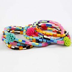 Armband av randiga rörpärlor och blomsterpärlor