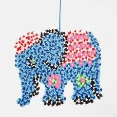 Elefant av randiga rörpärlor på stiftplatta