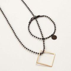 Smycken av kulkedja med berlock