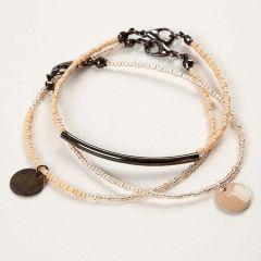 Armband av smyckewire med rocaipärlor och berlocker.