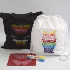 Textilkasse och skopåse dekorerade med hjälp av stencilark och vaxfärger