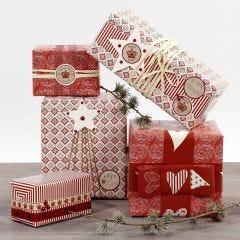 Paketinslagning i rött och vitt, dekorerade med stickers och band