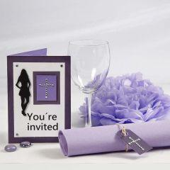 Inbjudningskort och bordsdekorationer till konfirmationsfest i lila