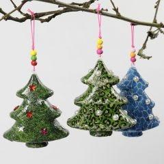 Julgran med decoupagepapper och dekorationer.
