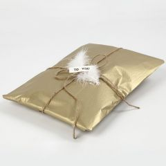 Presentinslagning med silkespapper i guld