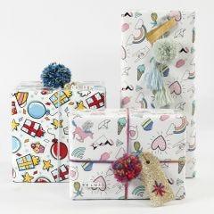 Paketinslagning med presentpapper, garn och dekorationer