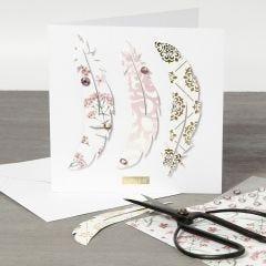 Dubbelkort med fjädrar av designpapper på framsidan.