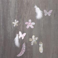 Dekorationer med utklippta blommor och fjädrar på en mässingtråd.