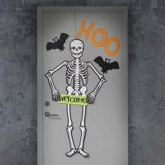 Dörr till Halloween dekorerad med stort skelett och fladdermöss