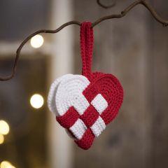 Flätat julhjärta virkad i rött och vitt bomullsgarn